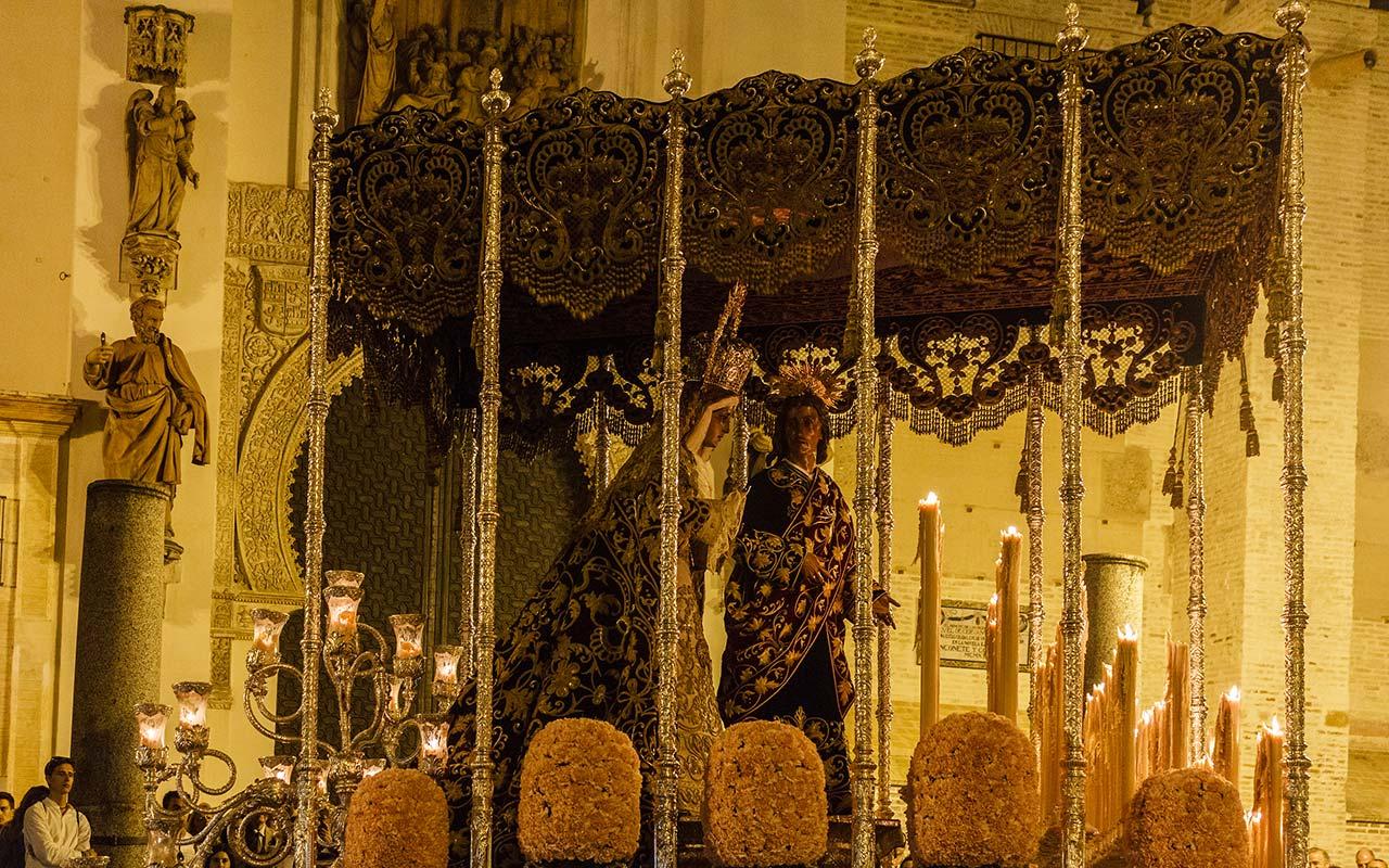 Palio de la Virgen del Dulce Nombre enfilando la calle Hernando Colón