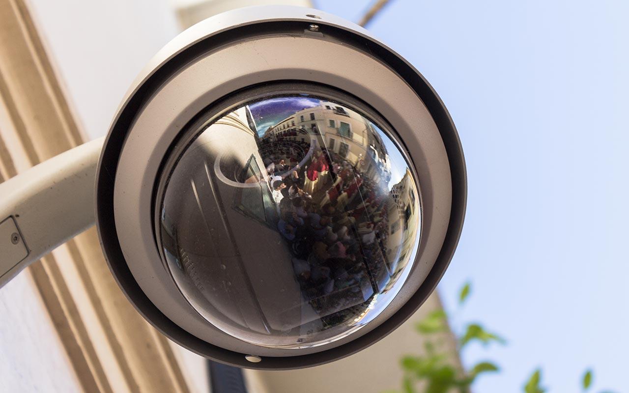 Nazarenos de La Lanzada reflejados en una cámara de seguridad de la calle Alberto Lista