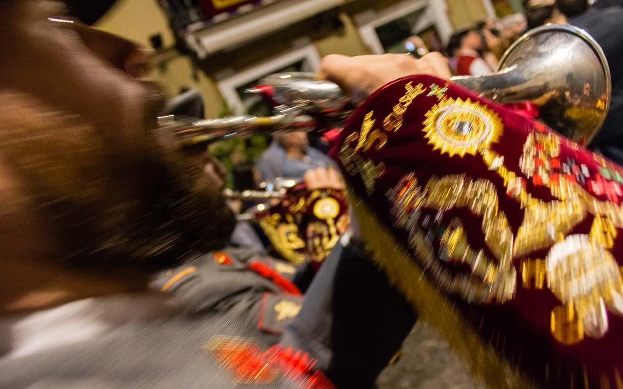 Músico tocando la corneta tras el paso del Cristo de la Sangre