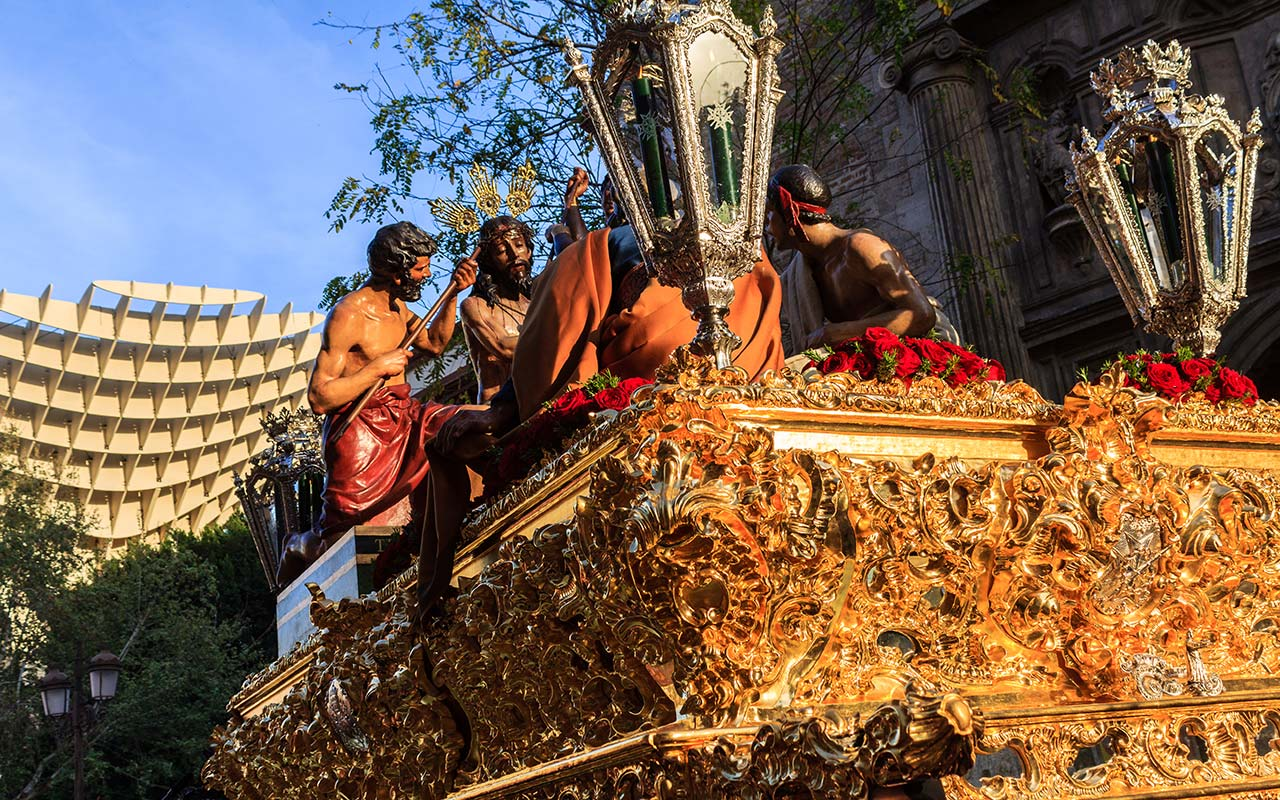 Salida del Cristo de la Coronación de Espinas con la Encarnación de fondo