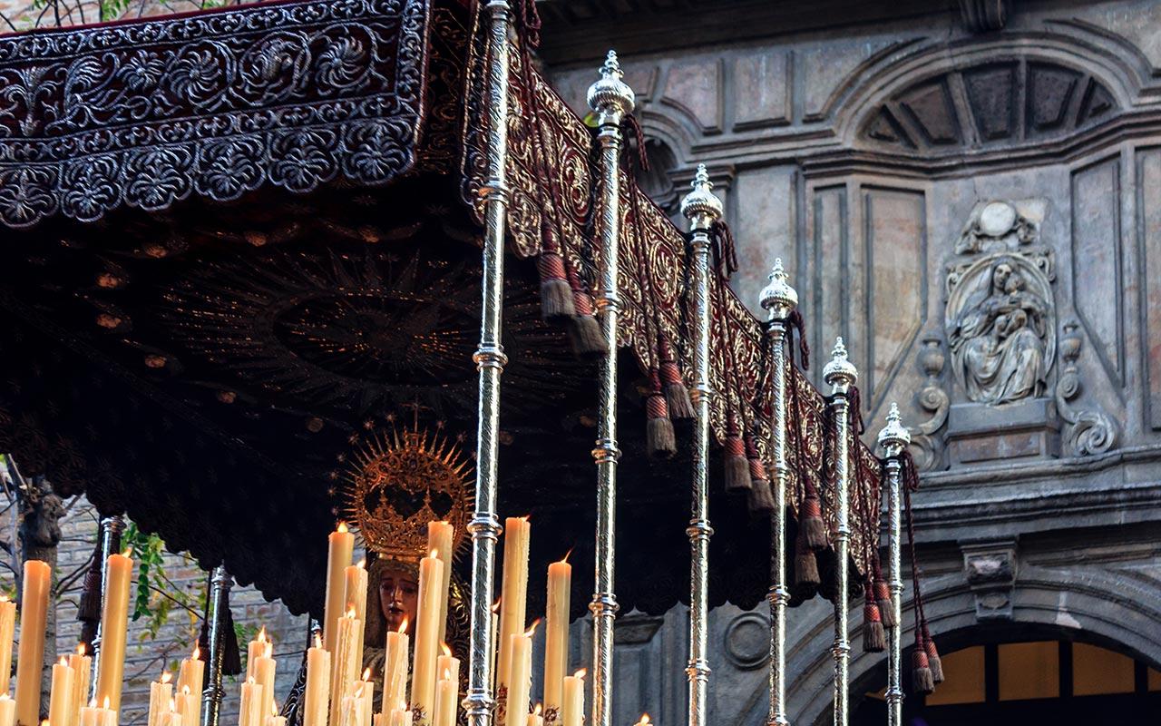 Palio de la Virgen del Valle ante la fachada de la Anunciación
