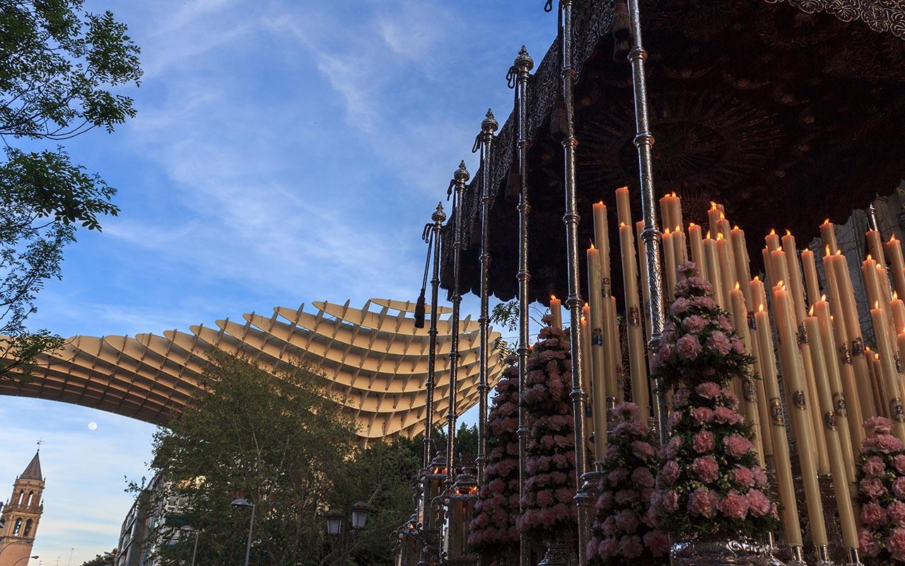 Palio de la Virgen del Valle con las setas y la torre de San Pedro al fondo