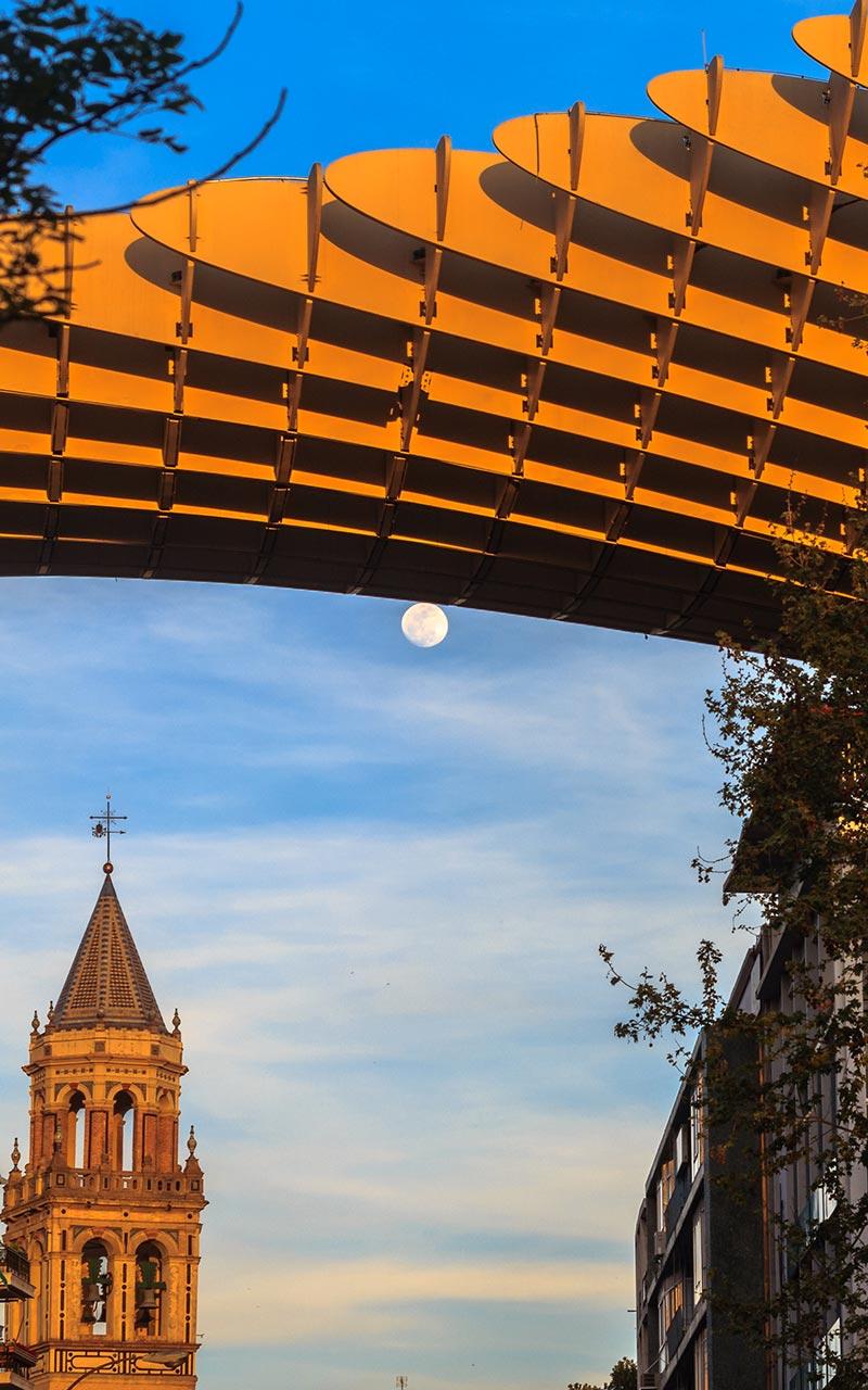 Luna llena con las setas de la Encarnación y la torre de San Pedro de fondo