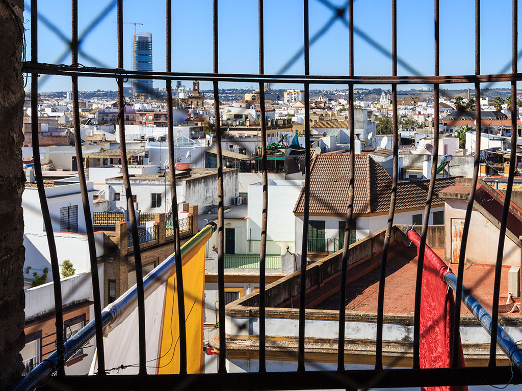 Vista aérea de la Torre Pelli desde la calle Feria