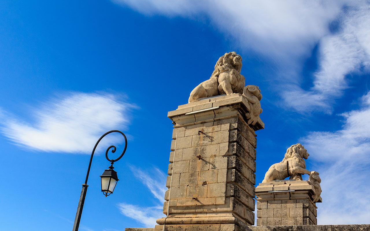 Leones del no-puente de Arles
