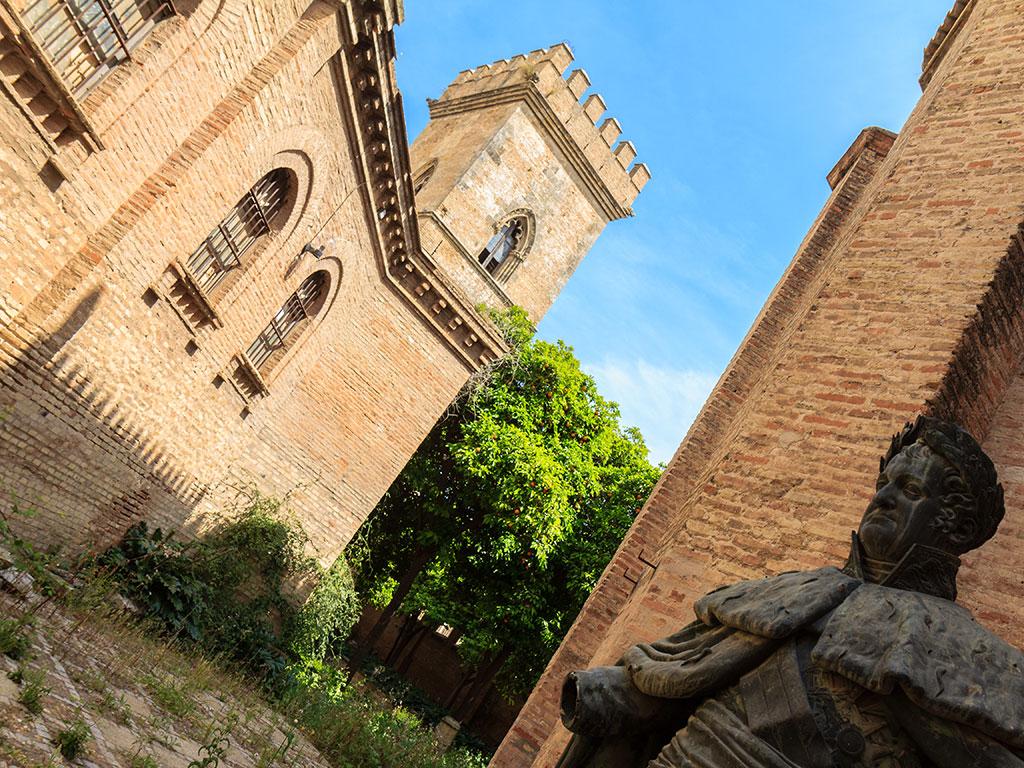 Estatua de Fernando VII en los jardines del Monasterio de Santa Clara