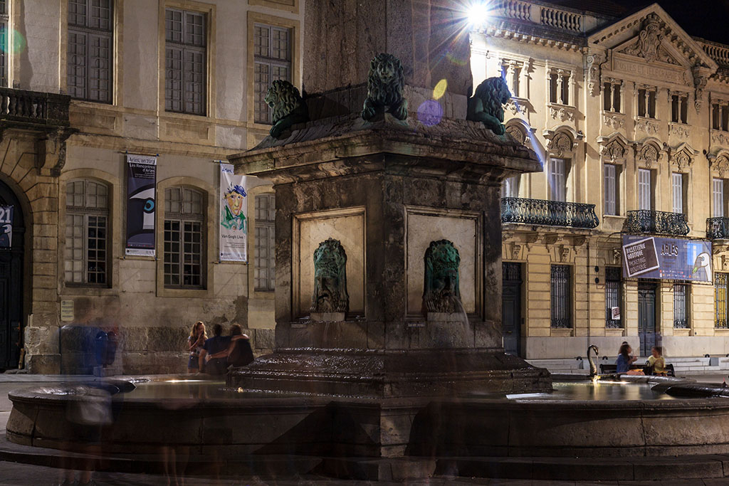 Jóvenes en la fuente de Arles