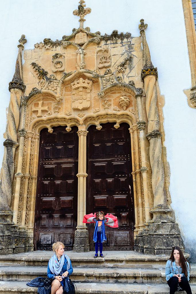 Tres damas y una puerta manuelina. 2014 ©Flivillegas
