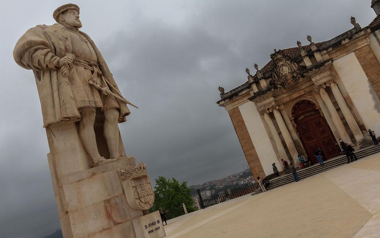 Estatua de Joao III en la plaza de la Universidad de Coimbra