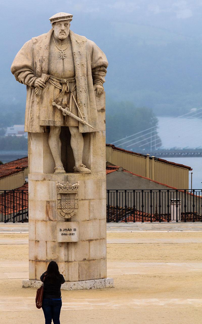 Estatua de Joao III en la Universidad de Coimbra