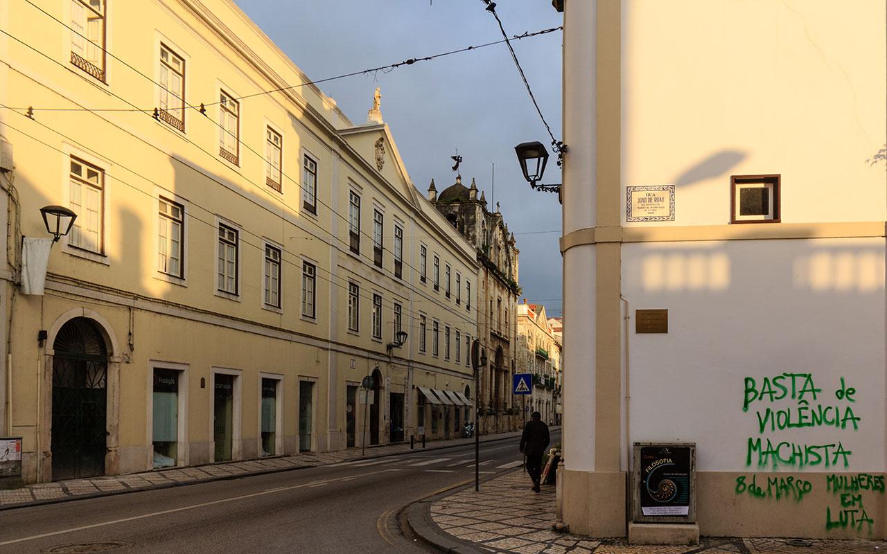 Pintada contra la violencia de género o machista en una calle de Coimbra