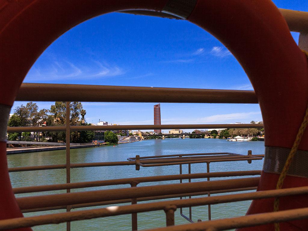 Vista de la Torre Pelli o Cajasol desde el río Guadalquivir