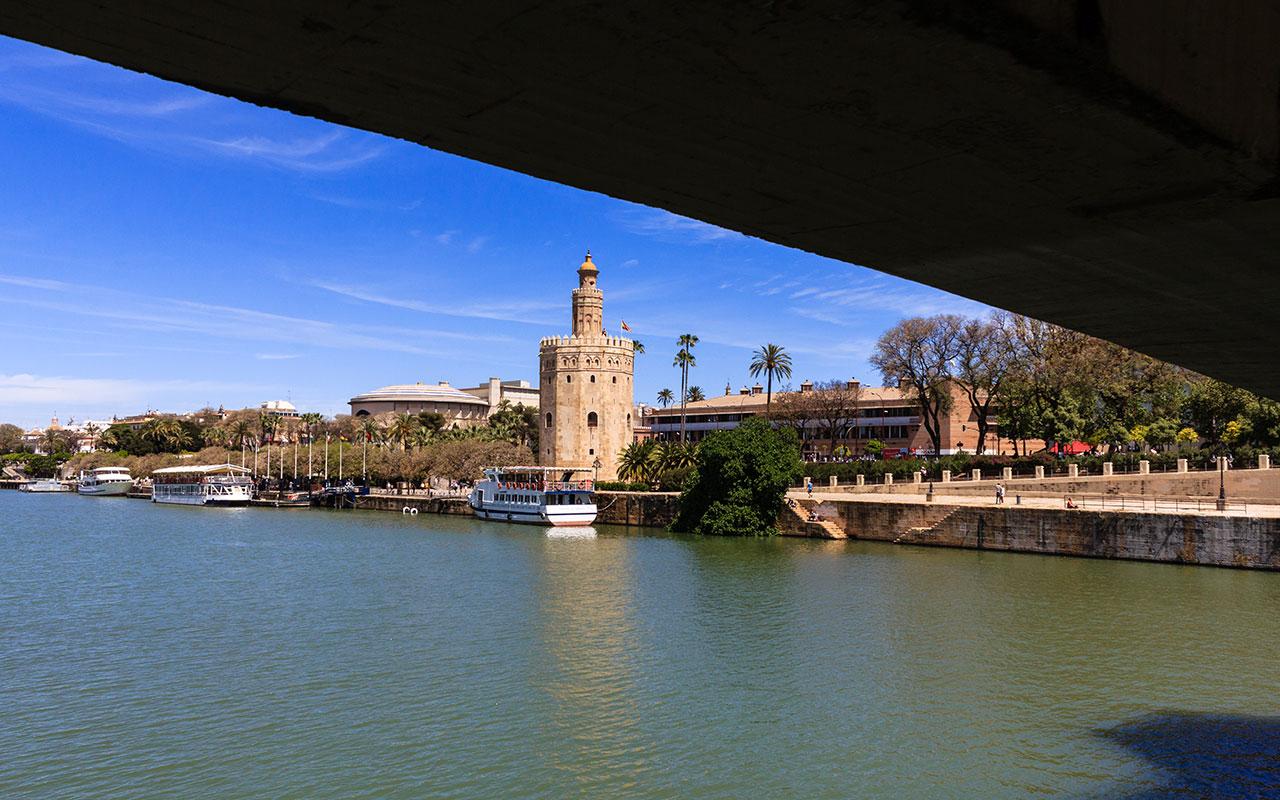 Torre del Oro desde el Puente de Los Remedios