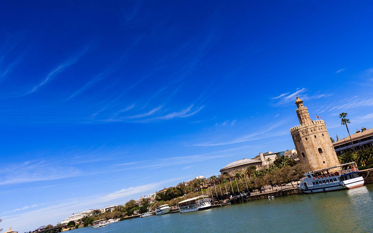 Torre del Oro desde el río Guadalquivir