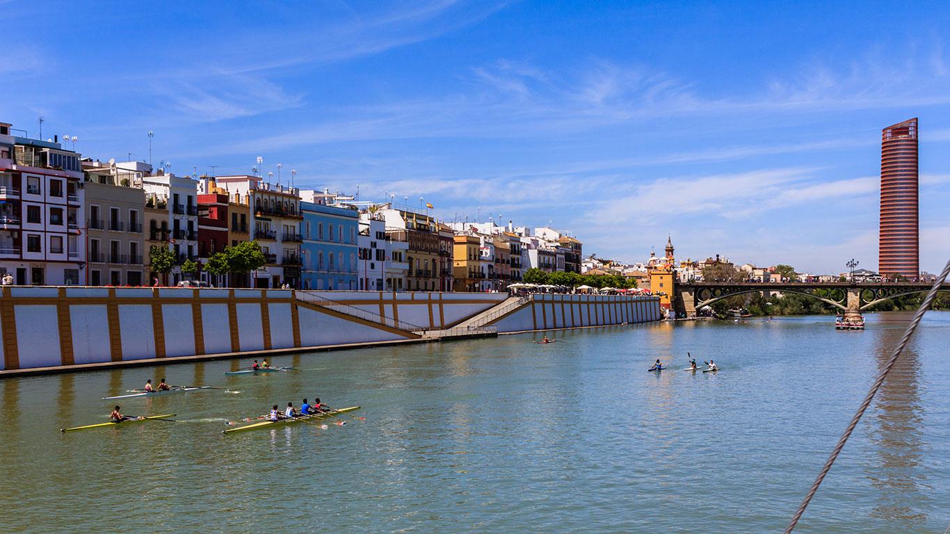 Piragüistas en el río Guadalquivir