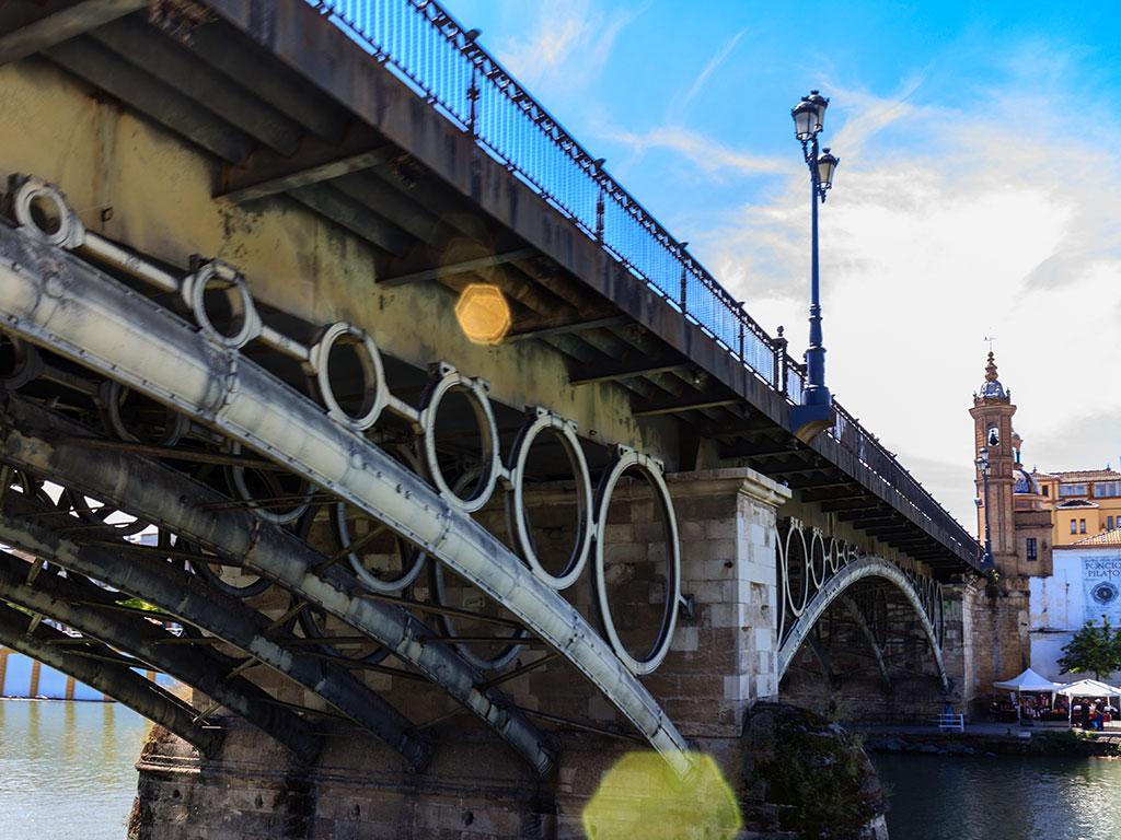 Puente de Triana y Capillita del Carmen