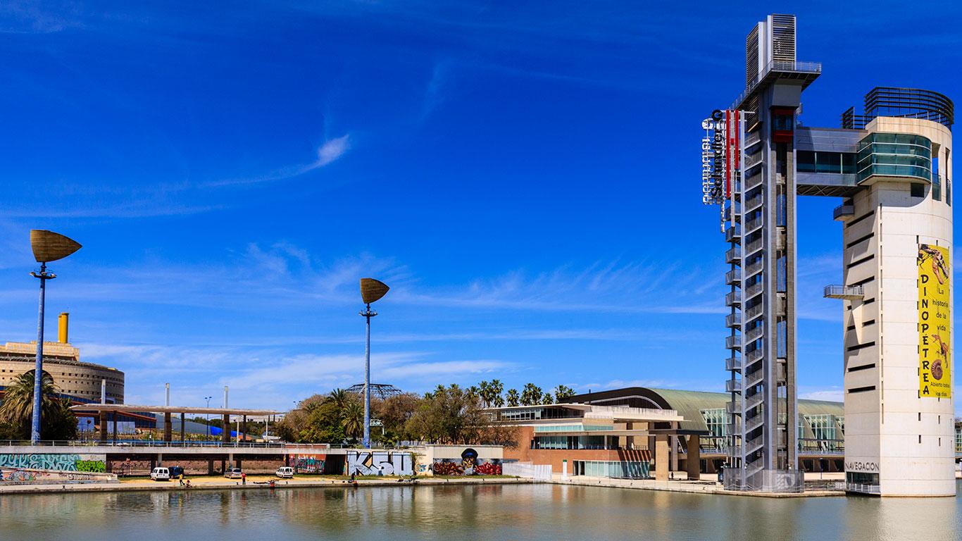 Torre Schindler y Museo de la Navegación desde el río Guadalquivir