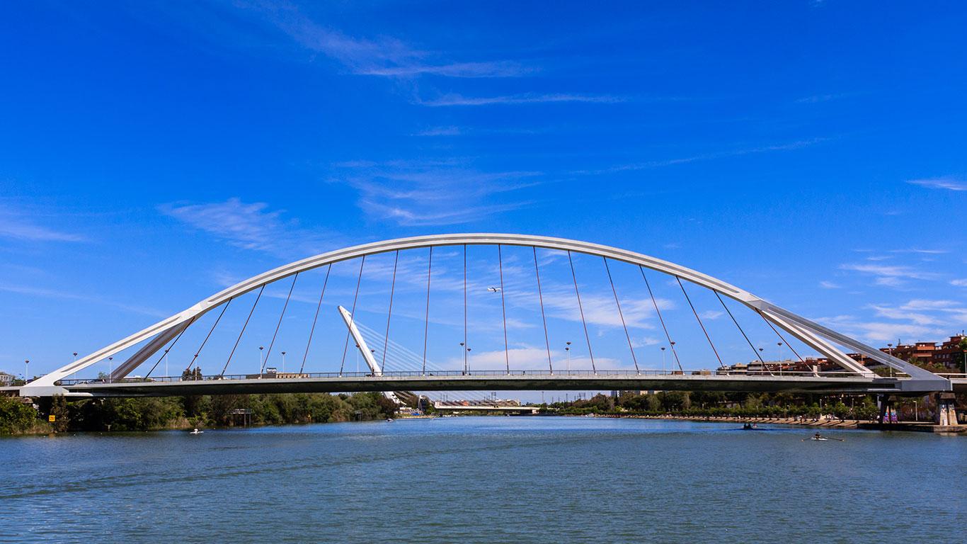 Puentes de la Barqueta y del Alamillo con avión