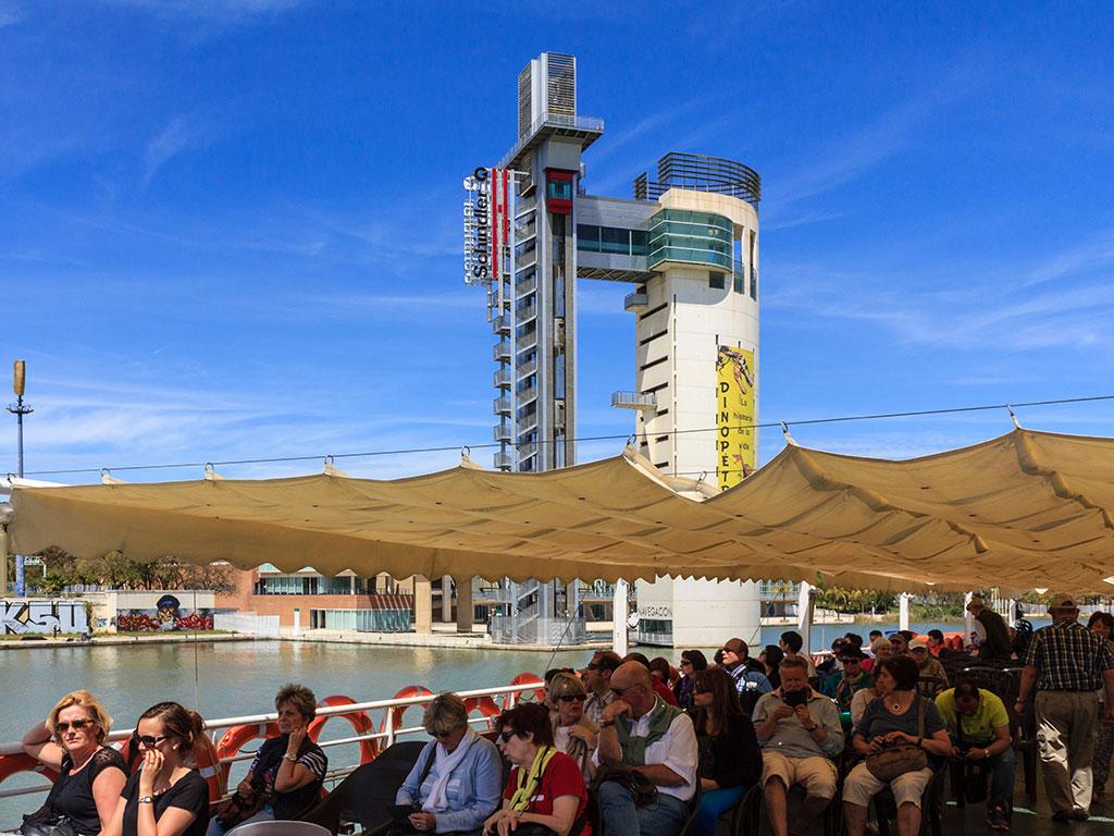 Crucero por el río Guadalquivir con turistas