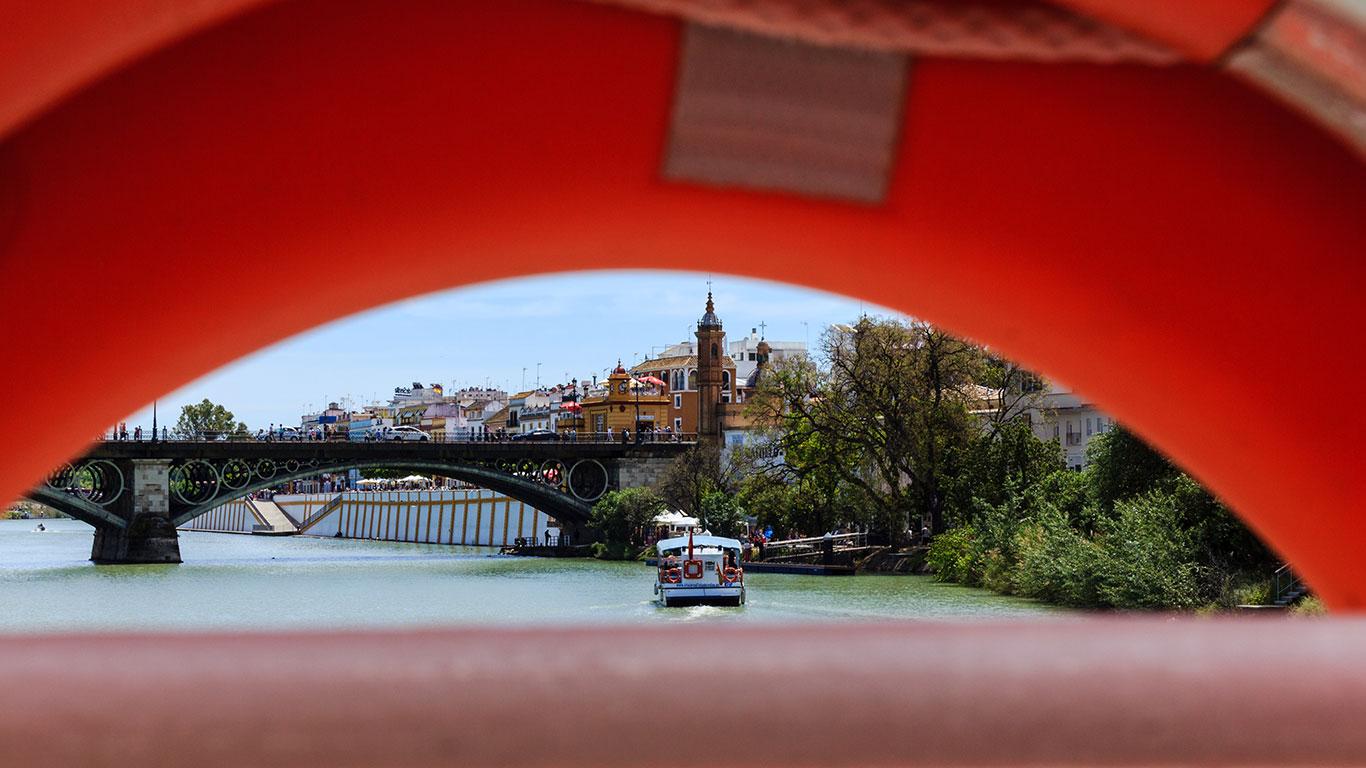 Puente de Triana desde el río Guadalquivir