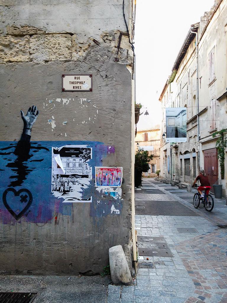 Pintadas en una calle de Arles