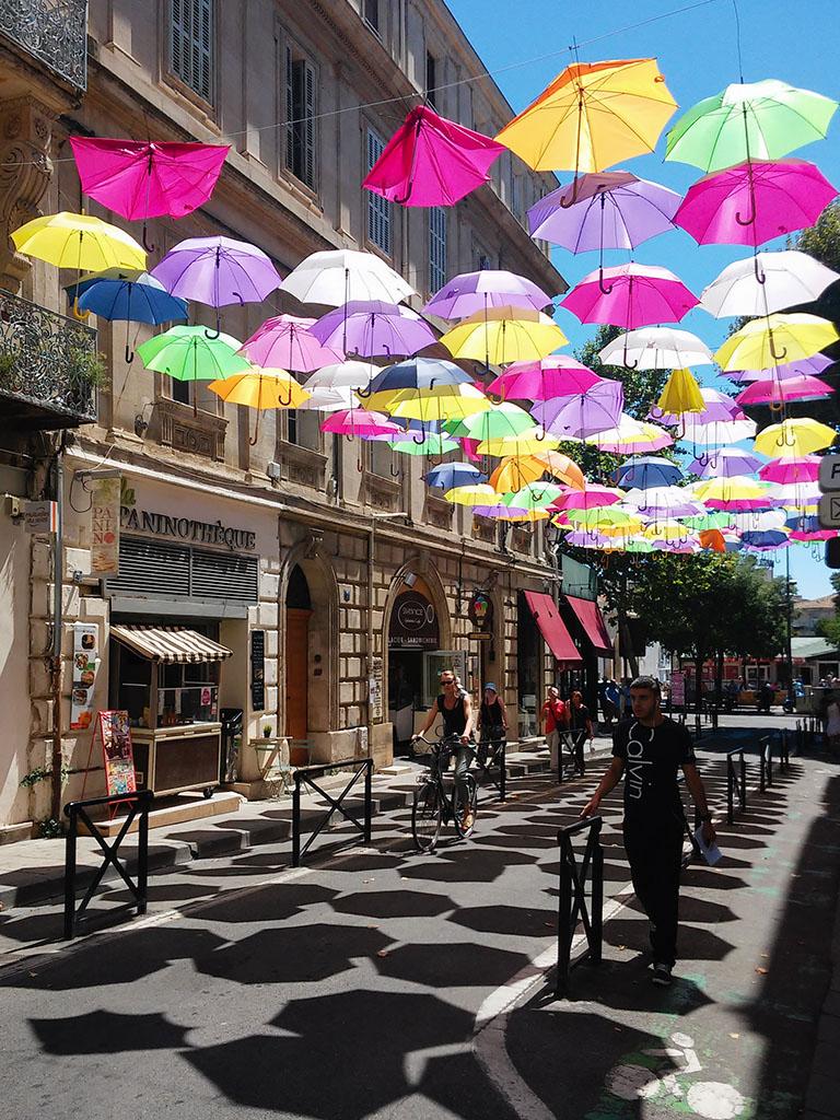 Paraguas en una calle de Arles