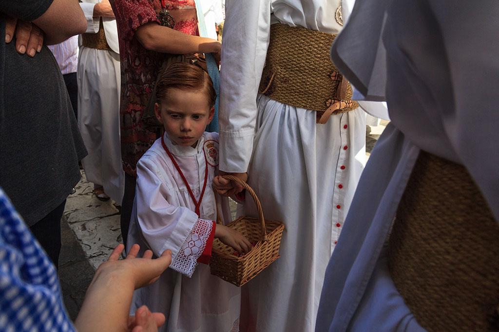 Nazareno de la Sagrada Cena dando caramelos