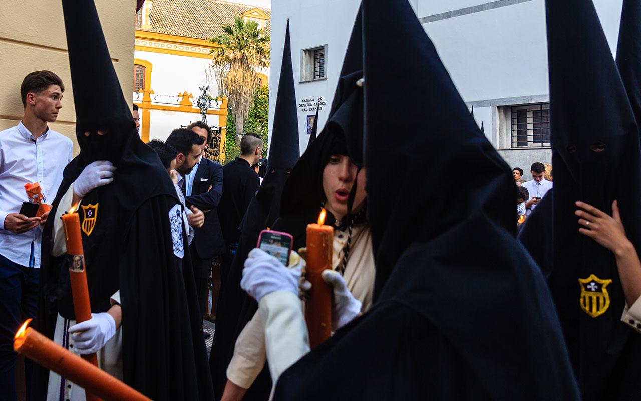 Nazareno 'guasapero'. Sevilla, 2015 ©Flivillegas