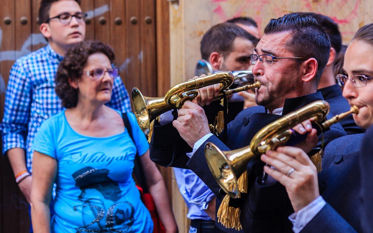 Músicos tocando sus cornetas