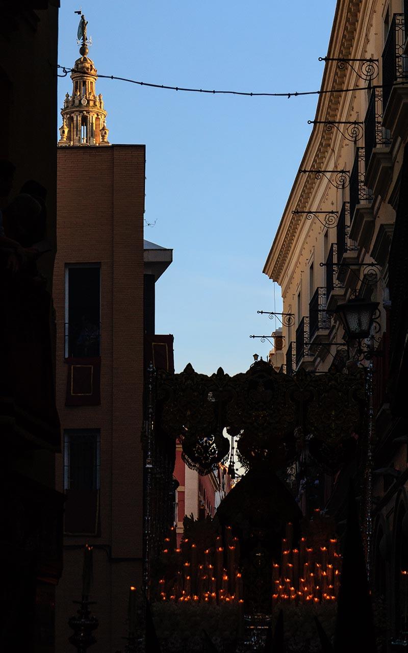 Giraldillo con palio de la Virgen del Rocío