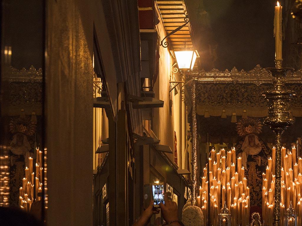 Palio de la Virgen de los Dolores reflejado en un escaparate