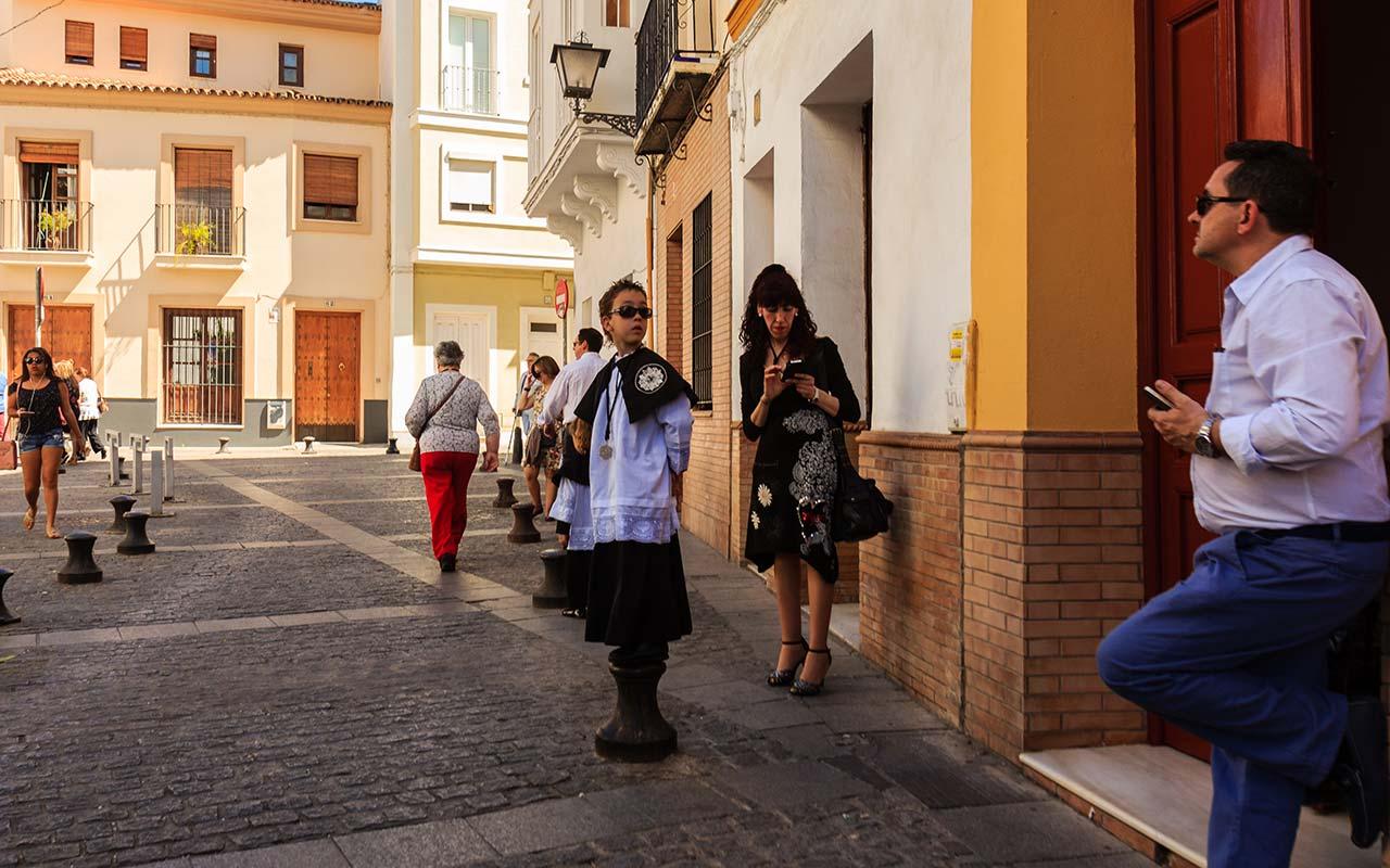 Acólito de Los Javieres antes de la salida procesional