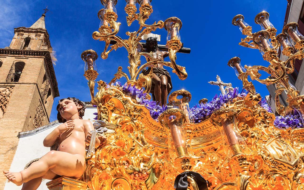 Cristo de las Almas de Los Javieres saliendo de Omnium Sanctorum