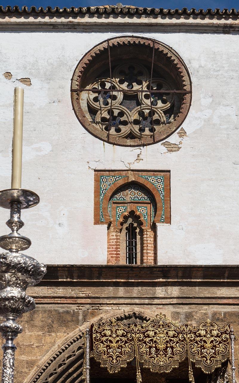 Bambalinas del palio de la Virgen de Gracia y Amparo saliendo de Omnium Sanctorum