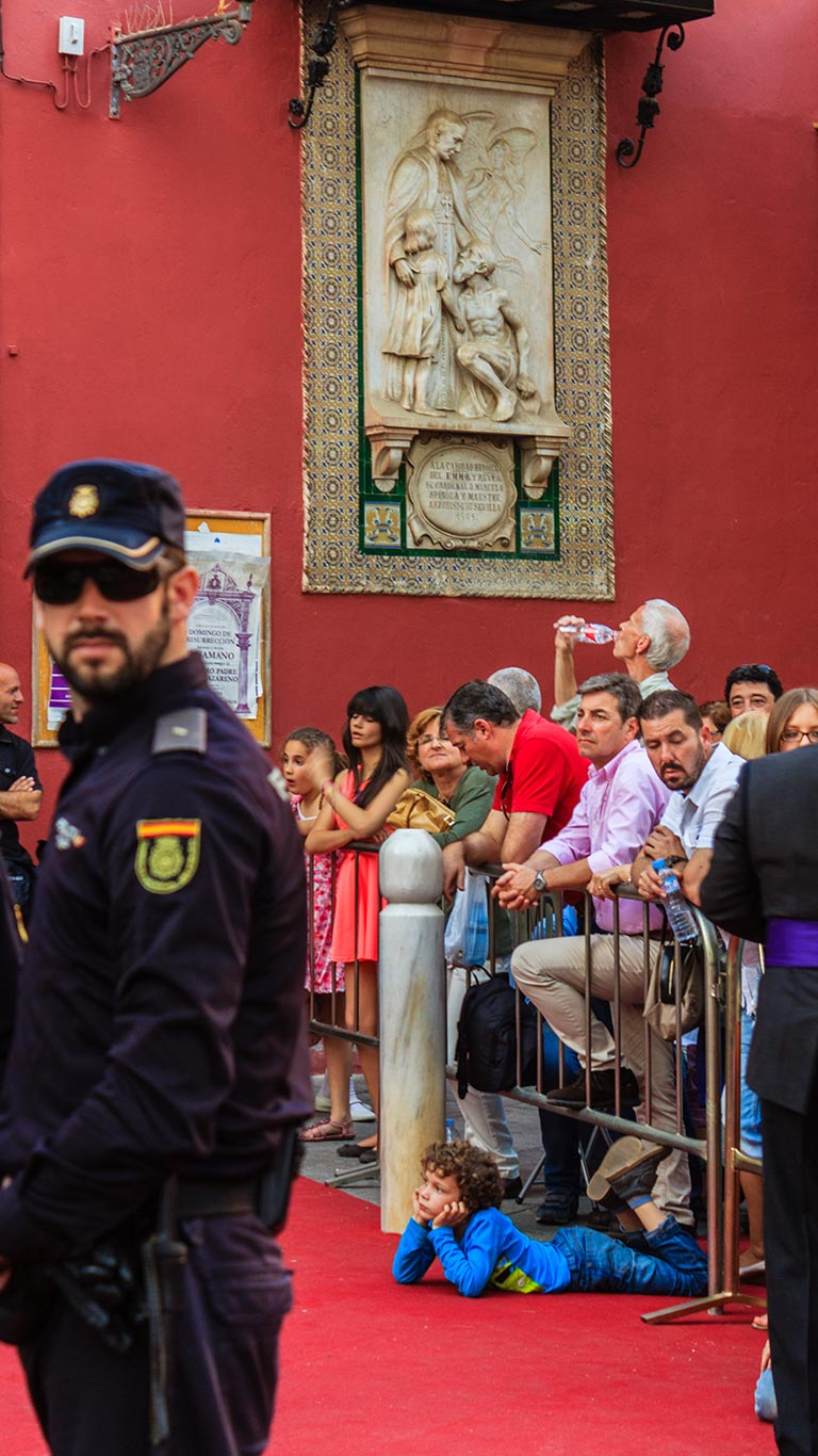 Niño y público esperando la salida del Dulce Nombre