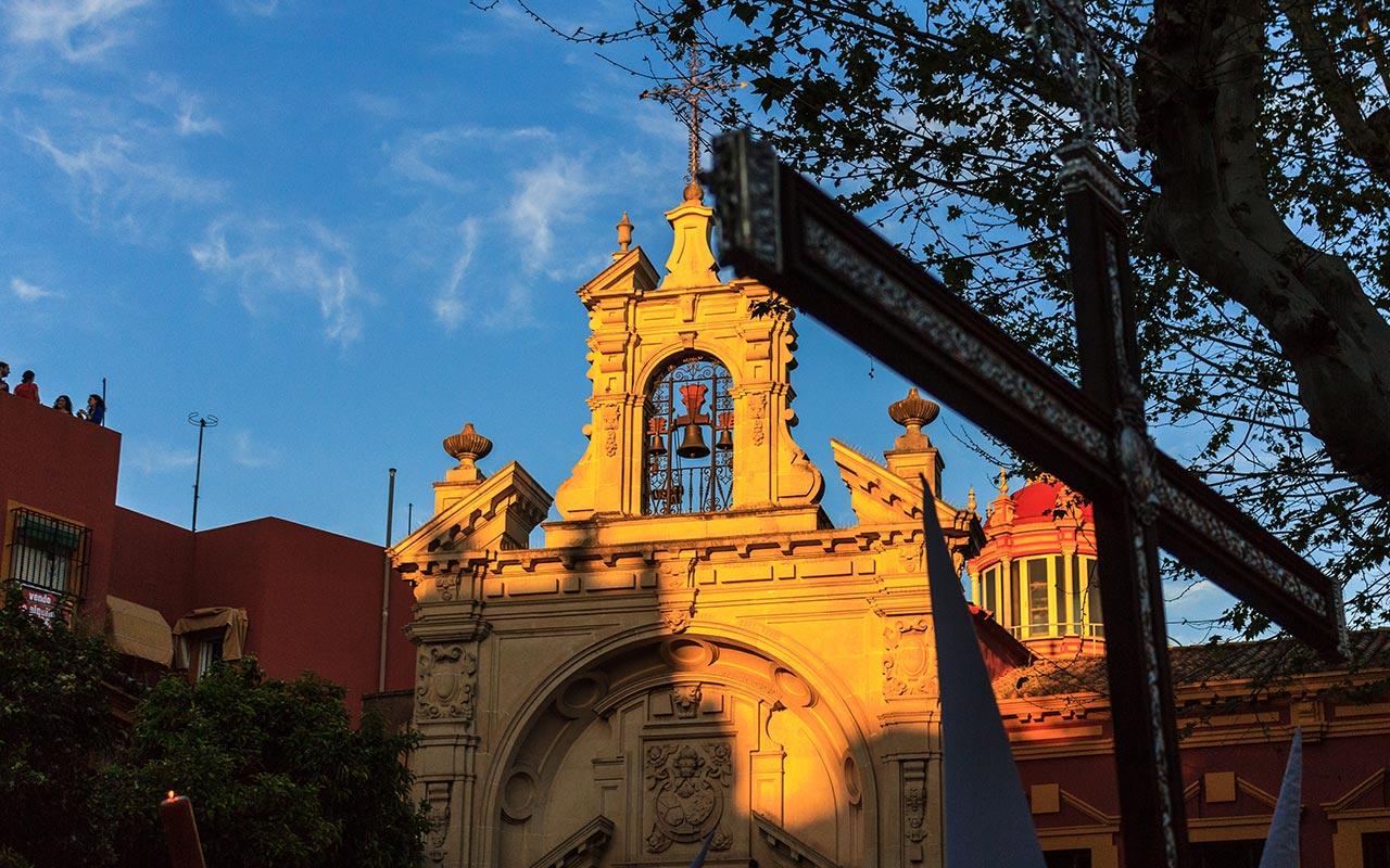 Cruz de Guía en la Plaza de San Lorenzo con la Basílica del Gran Poder al fondo