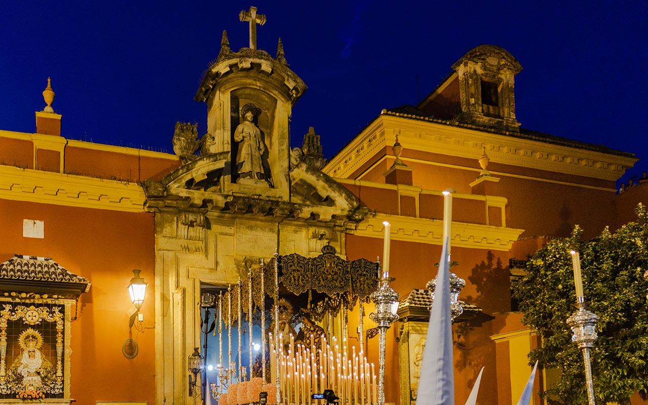 Salida del paso de palio de María Santísima del Dulce Nombre en la Plaza de San Lorenzo