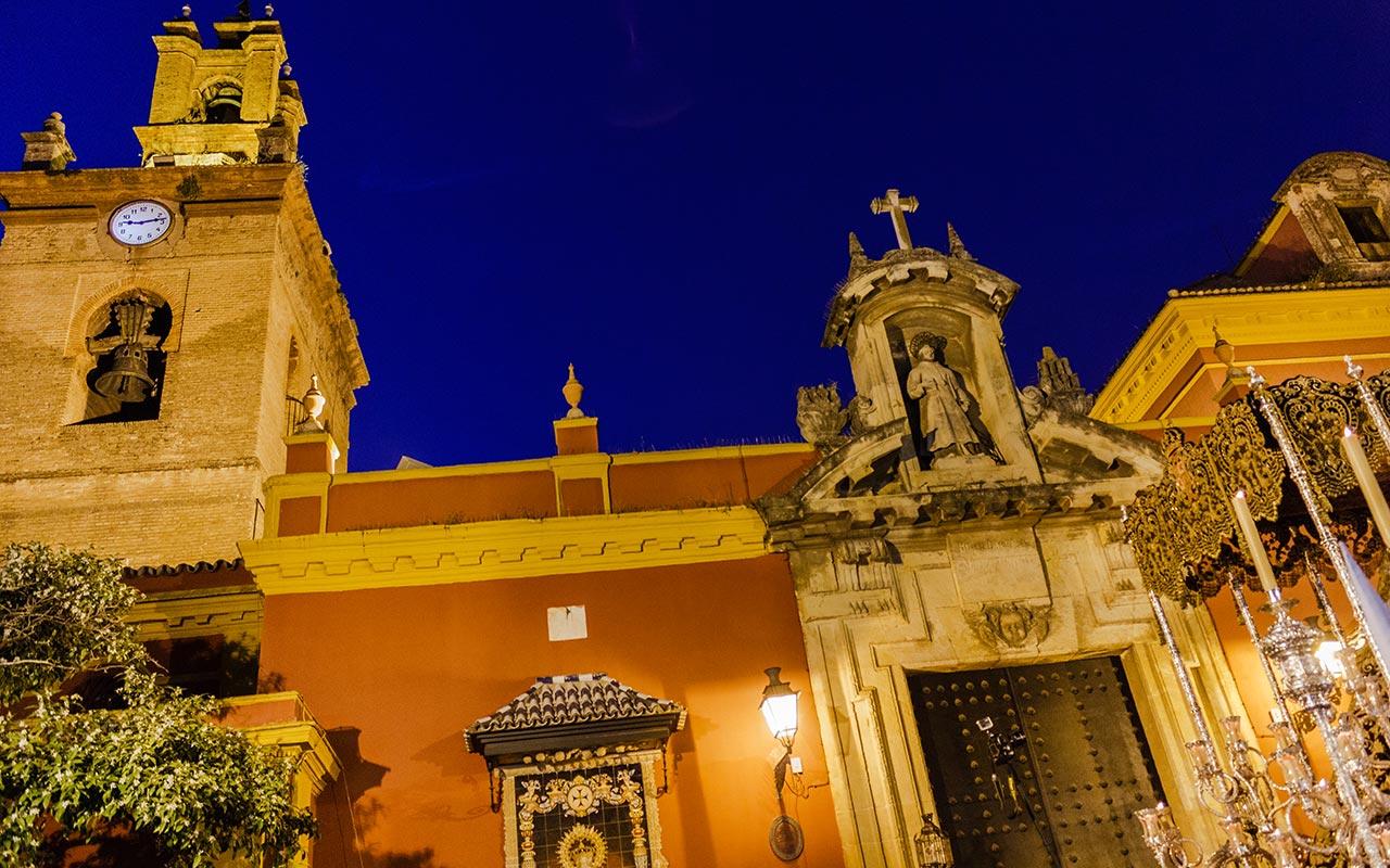 Salida del palio de María Santísima del Dulce Nombre de San Lorenzo