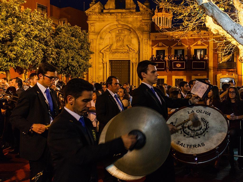 Músicos de La Oliva de Salteras tras el palio del Dulce Nombre en San Lorenzo