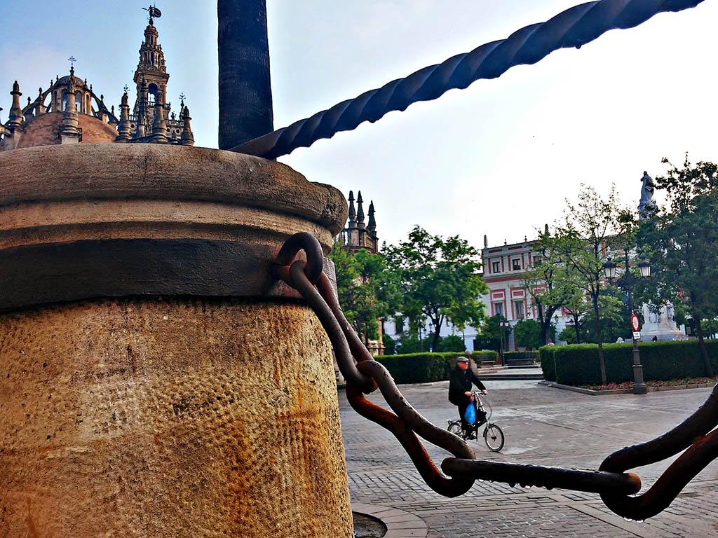 Ciclista en la Plaza del Triunfo
