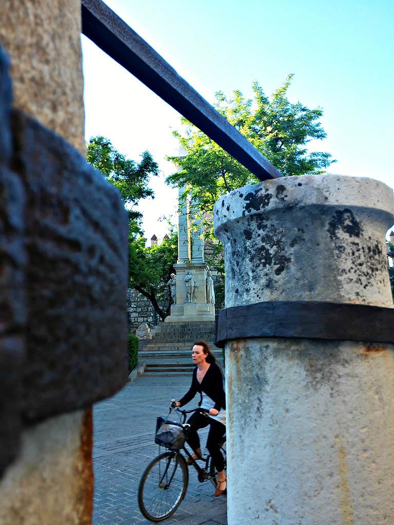 Una ciclista por la Plaza del Triunfo