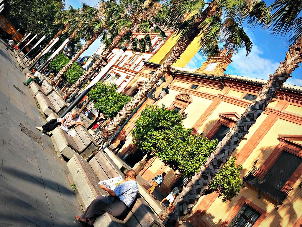 Gente leyendo en la Puerta de Jerez