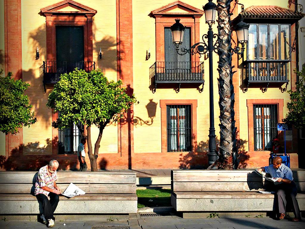 Dos lectores en la Puerta de Jerez