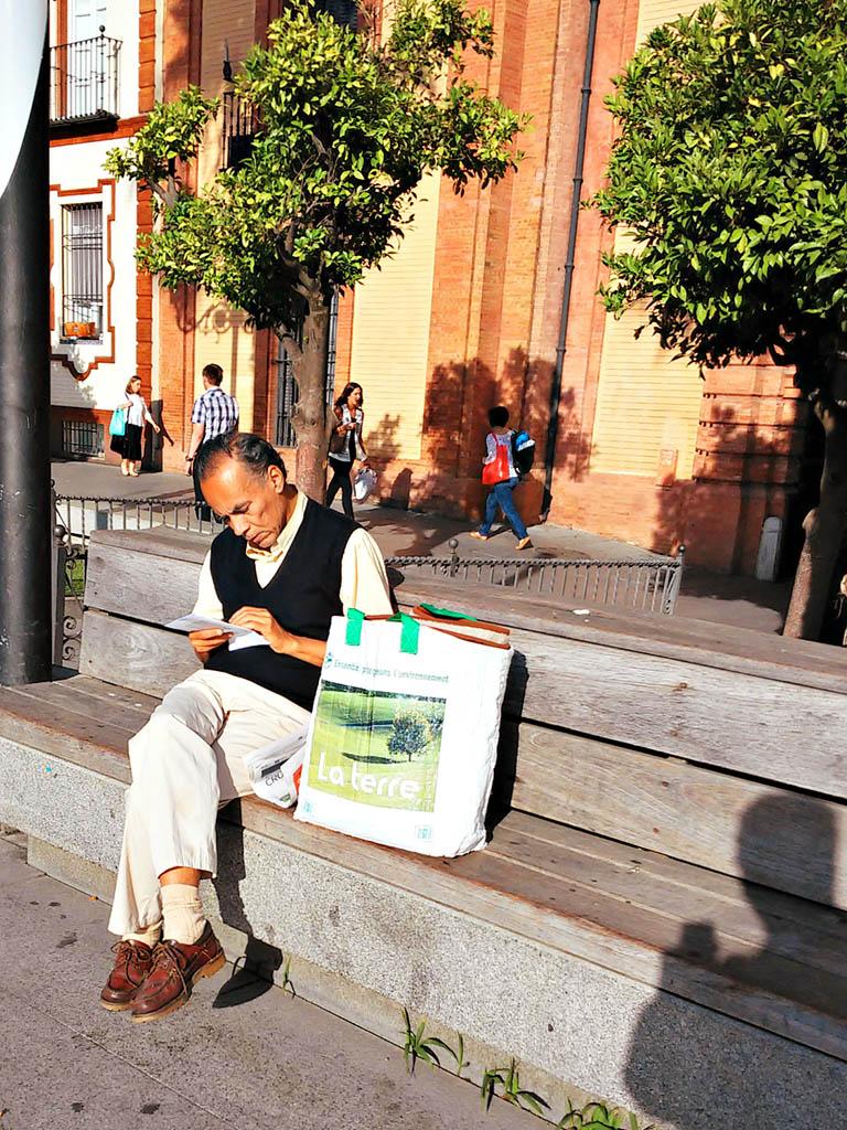 Repasando la lista de la compra. Sevilla, 2015. Foto de móvil ©Flivillegas