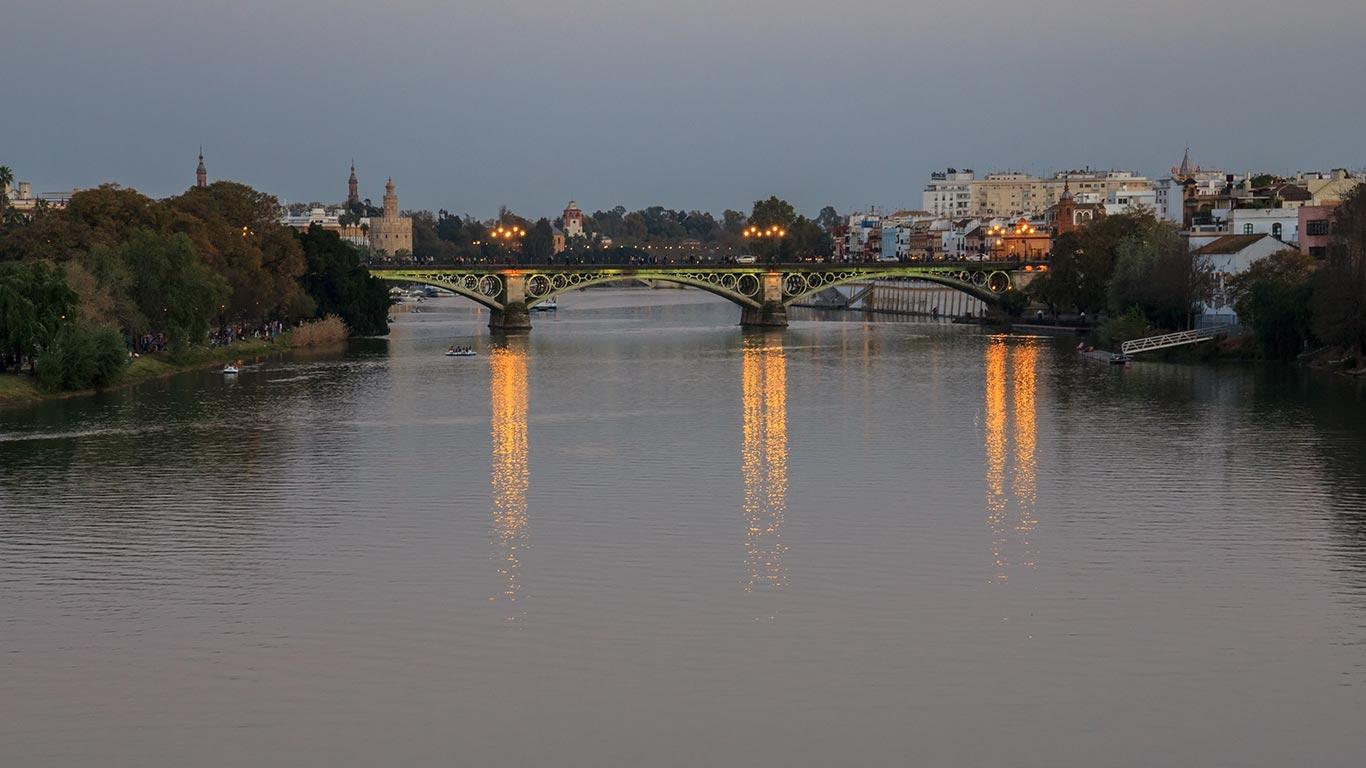 Puente de Triana y río Guadalquivir