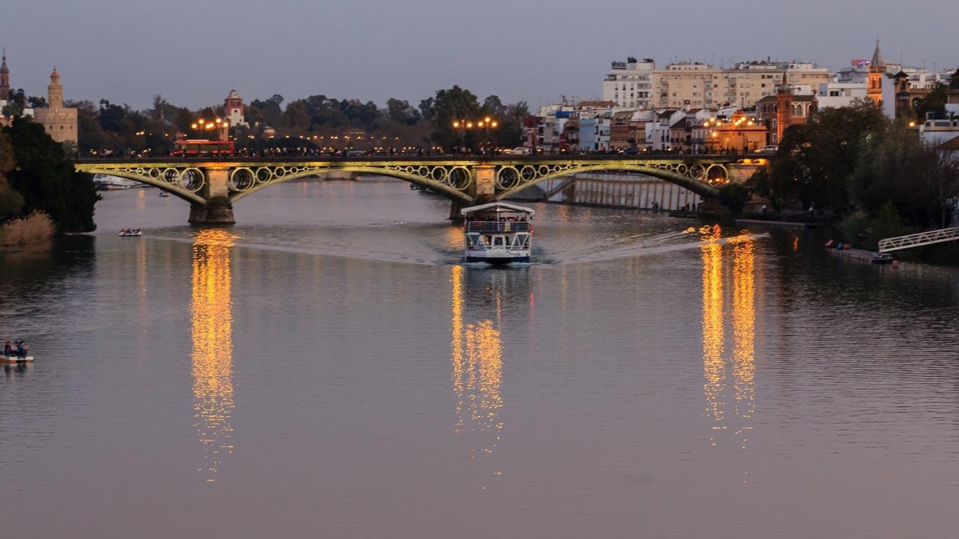 Río Guadalquivir con barco turístico