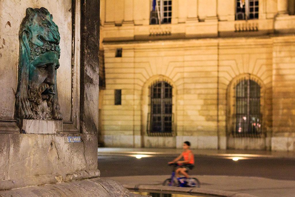 Niño ciclista en la plaza principal de Arles