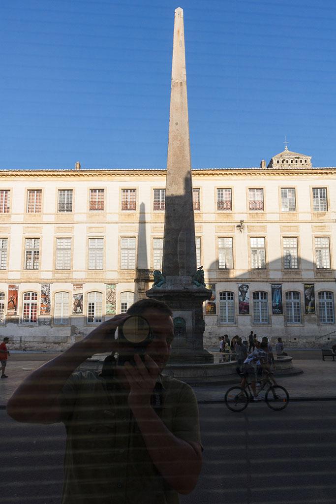 Arles con fotógrafo reflejado. 2015 ©Flivillegas