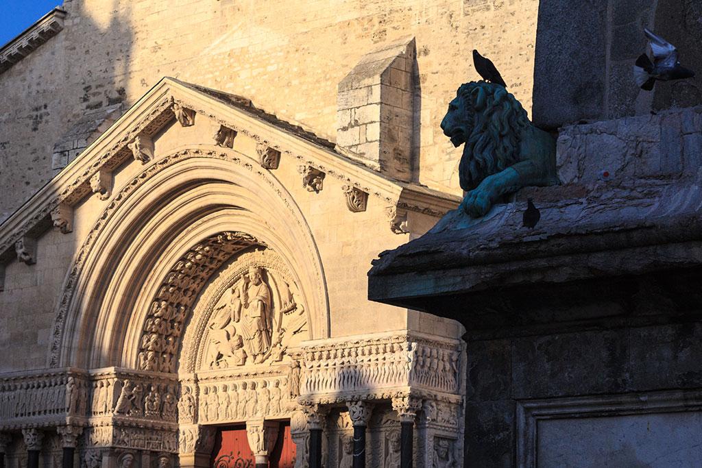Catedral de San Trófimo y plaza
