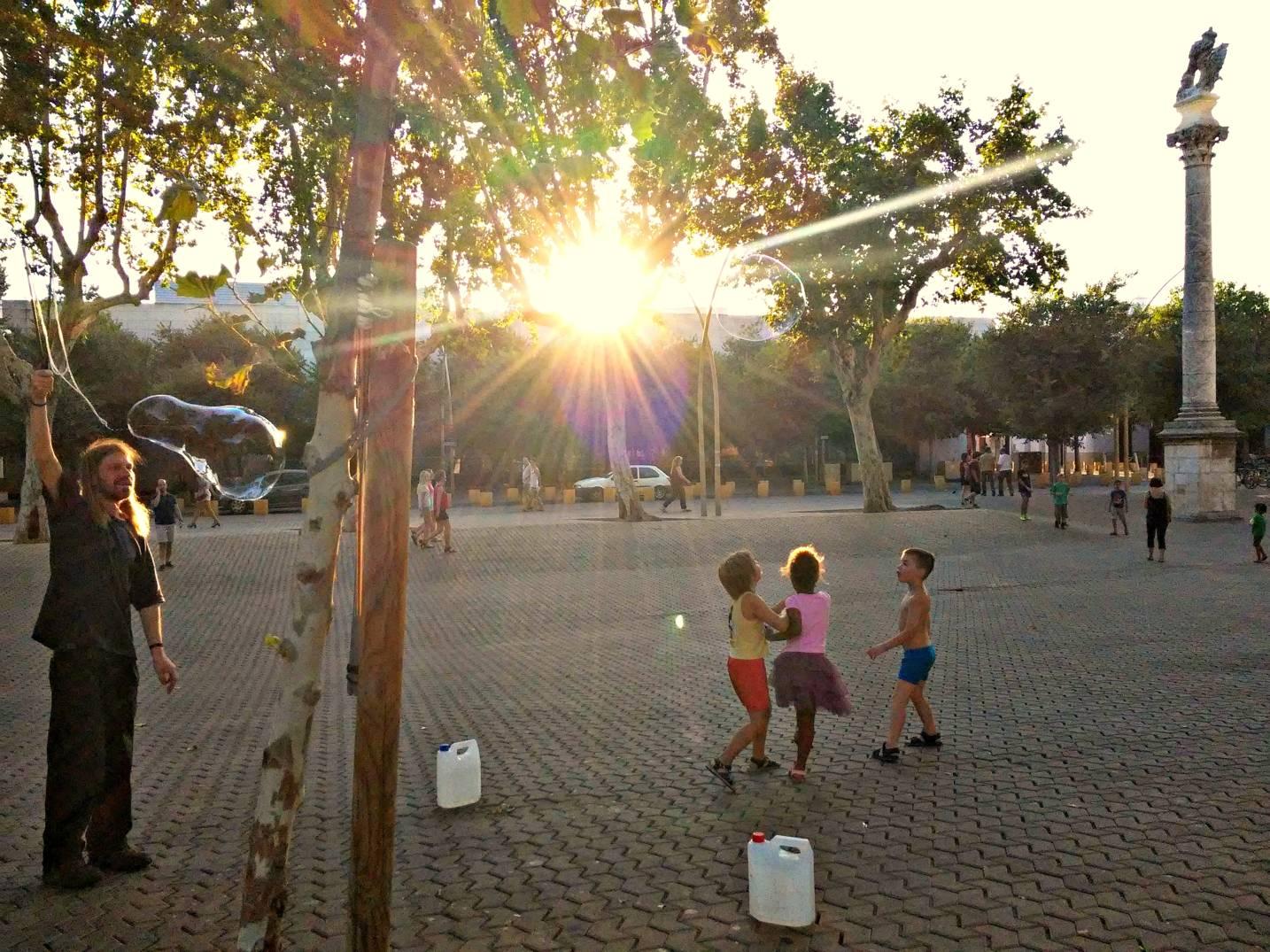 Niños jugando en la Alameda de Hércules